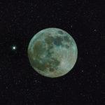 Mond in Farbe und mit Hintergrund